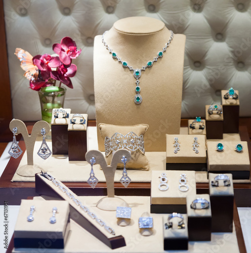 obraz PCV biżuteria srebrna w gablocie
