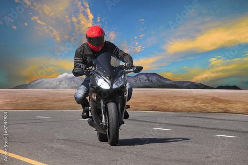 mlody-czlowiek-jazdy-motocyklem-w-krzywa-asfaltowa-wykorzystanie-ekstremalnych