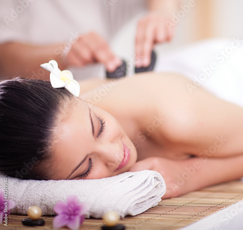 Pinturas sobre lienzo  Beautiful woman having a wellness back massage with hot stones