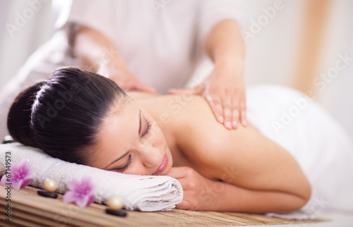Fotografía  woman having a wellness back massage