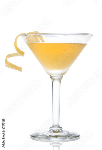 Fotografía  Yellow banana cocktail in martini glass with lemon twist