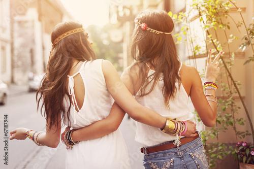 Foto  Boho-Mädchen, die in die Stadt gehen