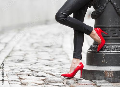 seksowne-kobiece-nogi-w-skorzanych-czarnych-spodniach-i-czerwonych-butach