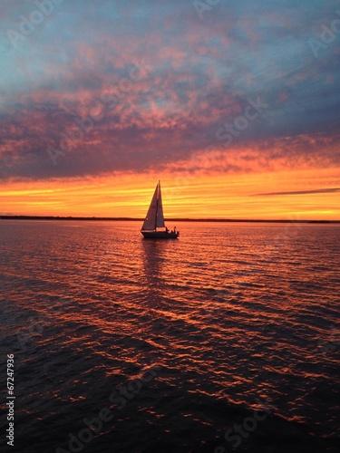 Tuinposter Pier voilier sur l'eau