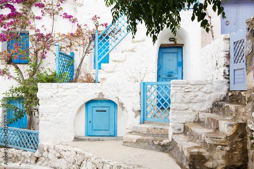 typowy-grecki-styl-na-cykladach-z-niebieskimi-drzwiami