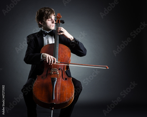 Fotografia Cellist playing classical music on cello