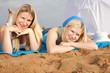 Zwei junge Frauen entspannen am Strand