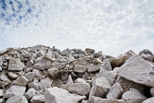 Fotografía  Rubble stone under blue sky
