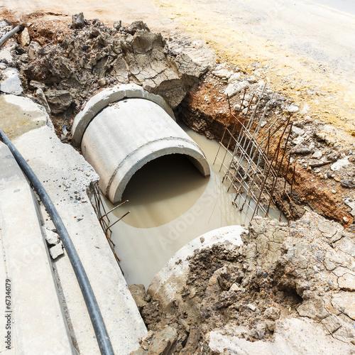 In de dag Tunnel Sewer installation in city