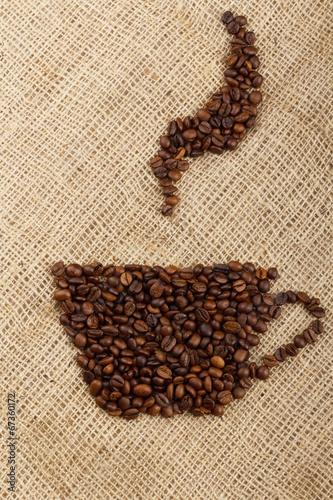 filizanka-ulozona-z-ziaren-kawy