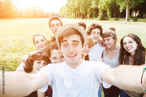 Fotografía  Dieci amici si fanno un selfie al parco