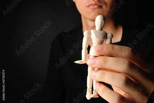 Plakat  人形を持っている男性