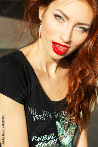 Photo  beautiful sexy girl with makeup with enticing the big red lips