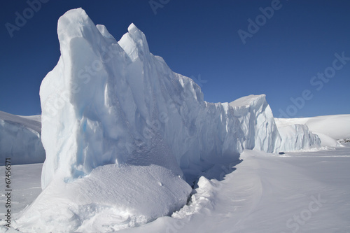 Cadres-photo bureau Antarctique steep side of a large iceberg that is frozen in Antarctic waters