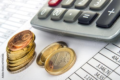 Vászonkép Taschenrechner Euromünzen auf Tabelle