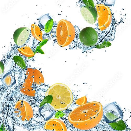 Keuken foto achterwand In het ijs Oranges with water splash