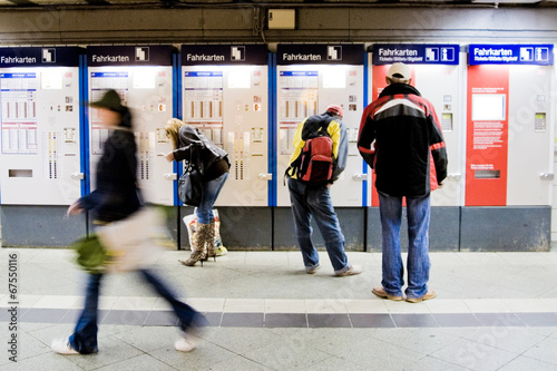 Foto auf AluDibond Bahnhof Fahrkarten Automat