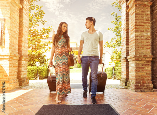 Fotografia Young couple standing at hotel corridor upon arrival