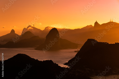 Foto op Plexiglas Indonesië Rio de Janeiro Mountains by Sunset from City Park in Niteroi