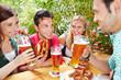 Freunde reden beim Bier im bayrischen Biergarten