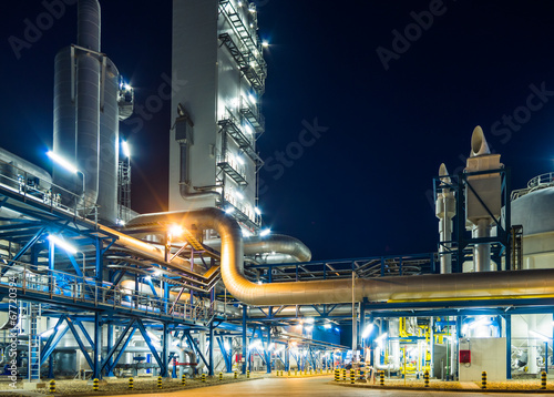 Poster Industrial geb. piping system at night
