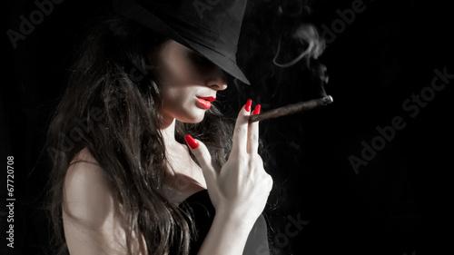 dziewczyna-z-kapeluszem-cygarem-i-czerwonymi-paznokciami