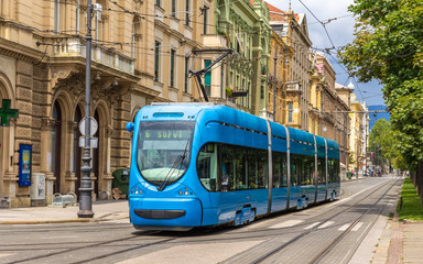 Moderan tramvaj u ulici Zagreba, Hrvatska