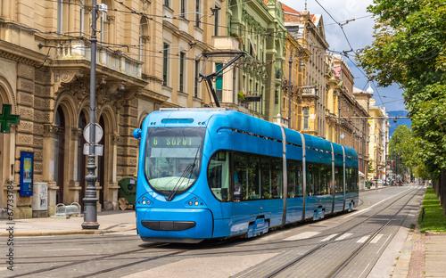 Obraz tramwaj  modern-tram-on-a-street-of-zagreb-croatia