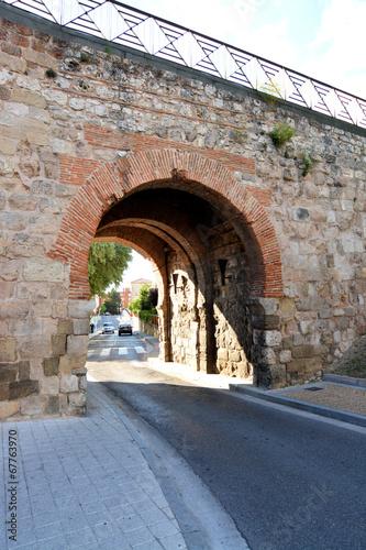 Foto  puerta de juderia en la muralla de burgos