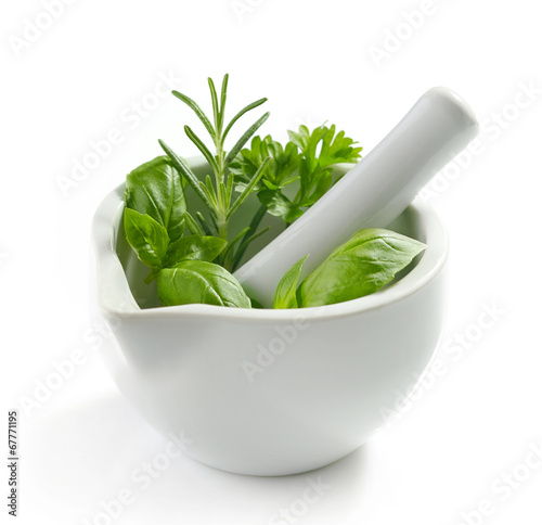Fotografia green herb leaves in a white pestle