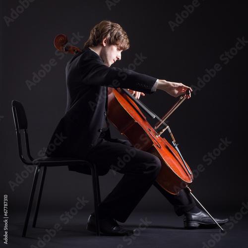 Foto Cellist, der klassische Musik auf Cello spielt