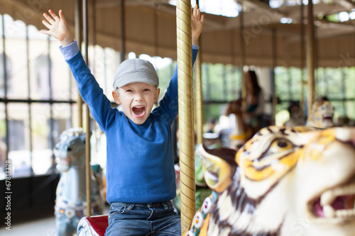 Fotobehang Amusementspark boy at carousel