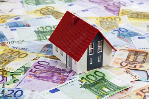 Foto  Modellhaus auf gemischten Euroscheinen