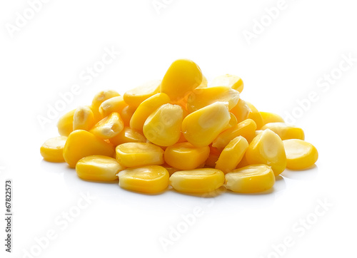 Fotografía  Sweet whole kernel corn on white background