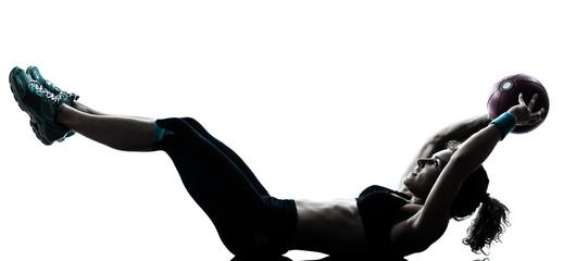 žena koja vježba fitnes loptu vježba silueta