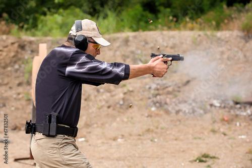 Fotografía  Disparo y Entrenamiento de Armas. Campo de tiro al aire libre