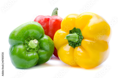 Fotomural bell pepper or capsicum isolated on white