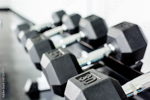 Fotografia  rows of dumbbells on a rack in a gym