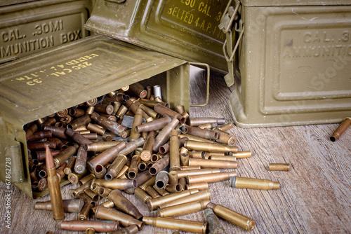 caisse de munitions avec des cartouches vides Wallpaper Mural