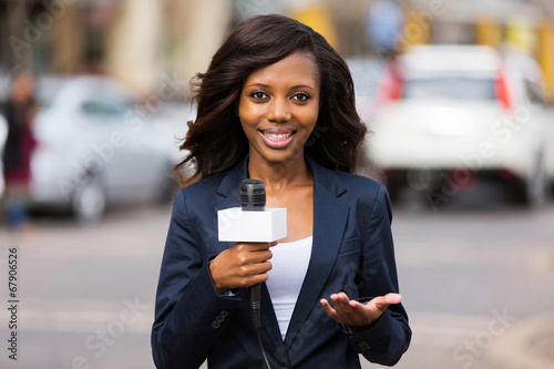 Fotografiet  african female news reporter in live broadcasting