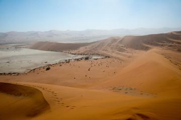 Fototapeta na wymiar Ascension de Crazy Dune en Namibie
