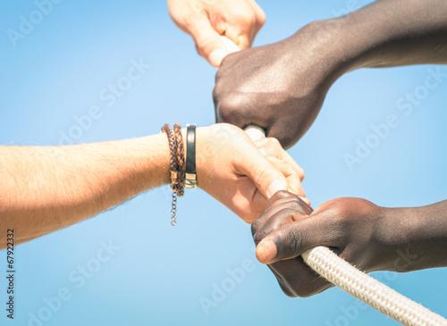 In de dag Boho Stijl Tug of war - Concept of interracial multi ethnic union