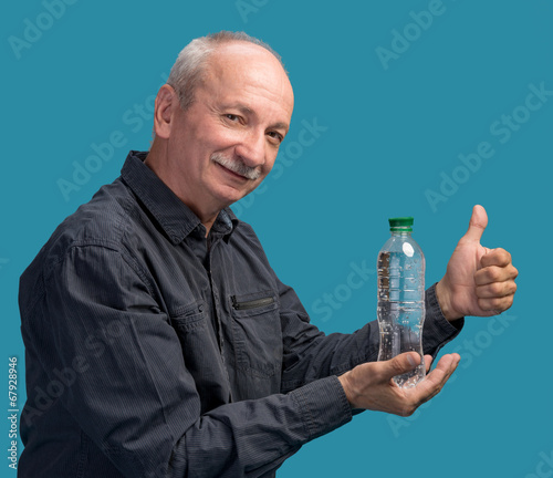 Photo  Man holding a bottle of water