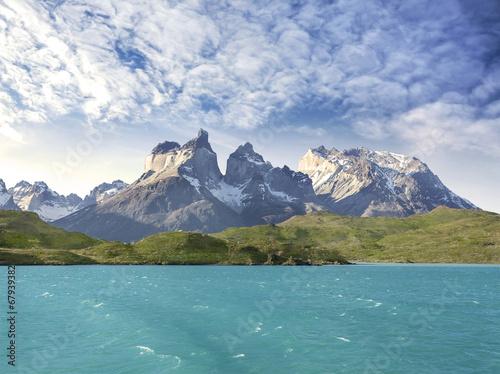 Foto op Plexiglas Blauw Pehoe mountain lake and Los Cuernos, Chile