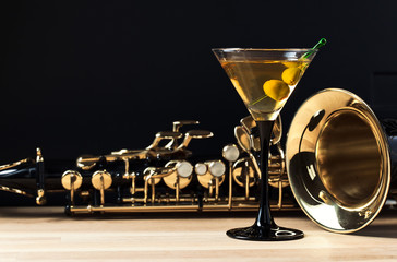 Obraz na Szkle saxophone and martini with green olives