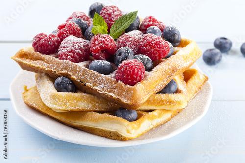 Fotografía  Homemade waffles with fruit