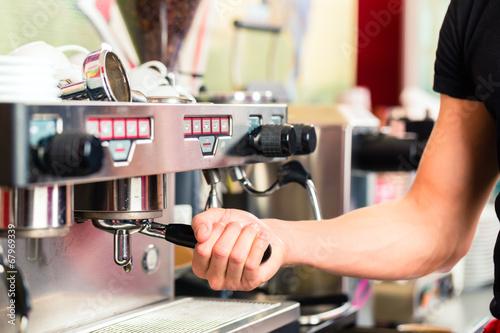 Fotografie, Obraz  Barista macht Espresso an Kaffeemaschine
