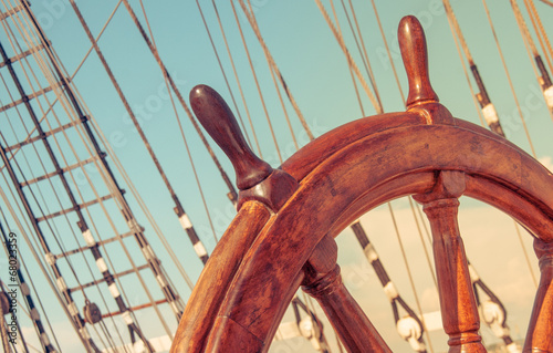 Foto auf Gartenposter Schiff Steering wheel of old sailing vessel