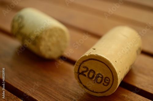 Fotografia  Wine corks on a wooden table