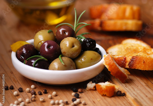Foto op Plexiglas Voorgerecht olive da tavola assortite nella ciotola bianca